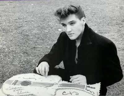 Elvis-Presley-with-a-WELCOME-BACK-ELVIS-cake-elvis-presley-9207409-400-308